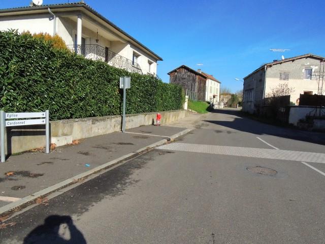 La rue vers l'Eglise. Tourner à droite au bout de cette ligne droite.