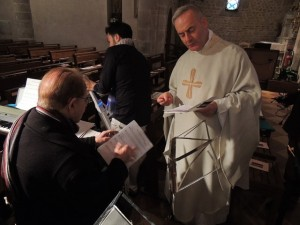 Le Père Venard s'entretien avec le Chef J.C. Fondriest au sujet du programme musical