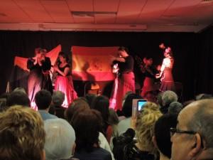 Le spectacle commence avec un groupe de danseuses accompagnés à la guitare