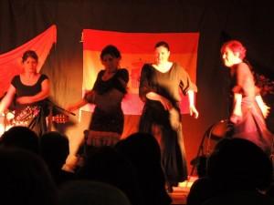 Un groupe de danseuses pour un autre motif