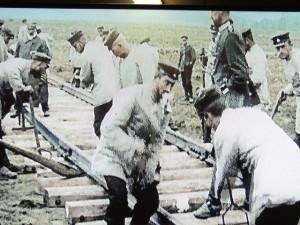 La mise en place de rails pour prolonger celle existante en vue d'apports de matériels et munitions lourdes avant l'attaque