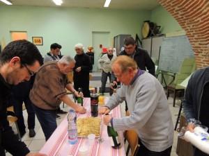 Jean-Claude Fondriest débouche une bouteille et invite autour de la table les musiciens et personnes présentes.