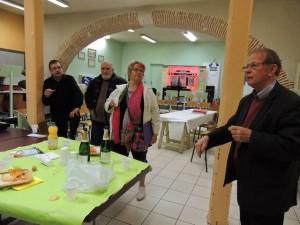 Les musiciens, un verre à la main, écoutent Jean-Claude Fondriest.