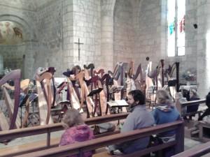 Aude Fortict accorde les harpes