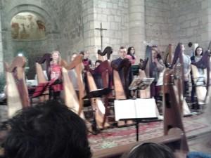 Fin du concert - les musiciens debout saluent