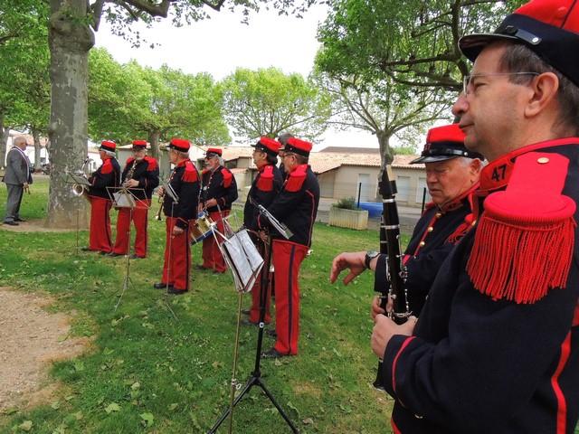 Les musiciens rangés sur le côté gauche du monument aux morts, le Maire au fond qui nous a accueilli