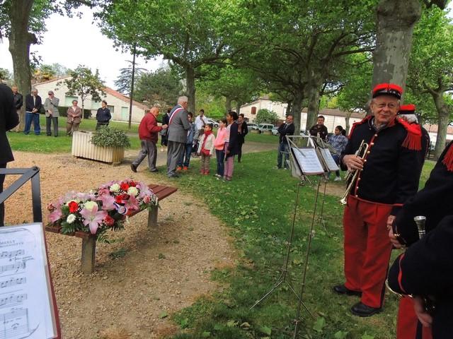 Le Maire s'adresse aux enfants qui vont porter la gerbe en place sur le banc