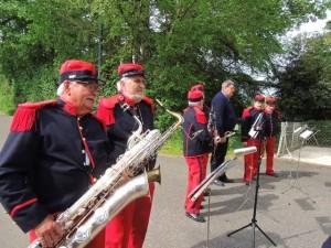 Les musiciens se mettent en place comme d'habitude sur le côté gauche du monument
