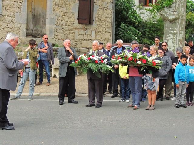 La lecture de l'allocution devant l'assistance, et les personnes portant les gerbes de fleurs