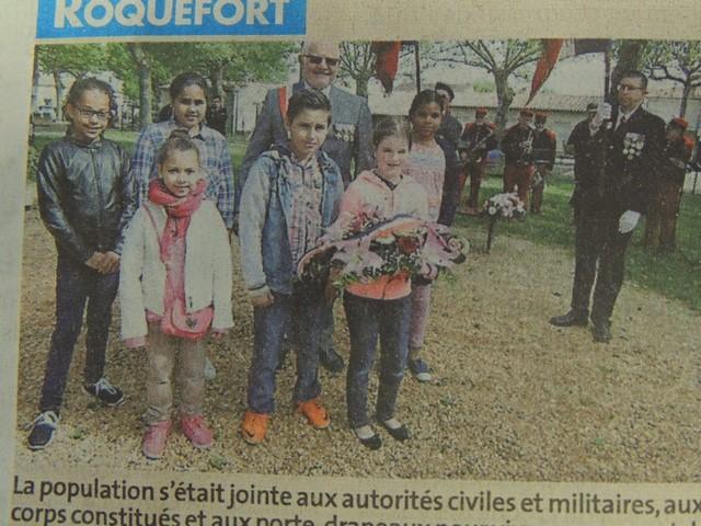 Les enfants pour le dépôt de gerbe et e Maire Jean-Pierre Pin