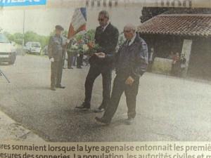 La Maire et un représentant de la Commune se dirigent vers le monument aux Morts