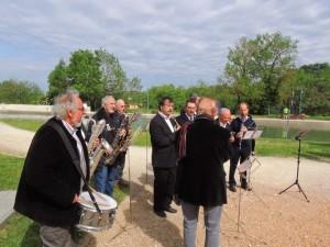 Les musiciens écoutent les directives du Chef, Jean-Claude Fondriest (de dos)