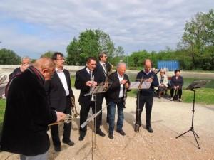 Chacun vérifie son instrument avant que la cérémonie ne commence