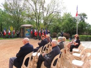 Des anciens combattants assis, attendent pour le dépôt de gerbe