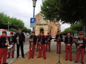 Musiciens en place à côté du Monuments aux Morts