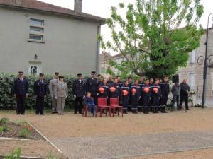 A droite, les personnels en tenue dont les jeunes élèves pompiers