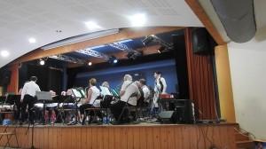 Les musiciens de la Lyre se mettent en place sur la scène