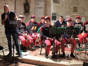 A gauche, les clarinettes,le rang des trompettes derrière