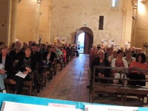 L'ensemble des spectateurs dans l'église.