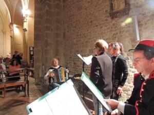 Les membres de l'association et Daniel Helleu faisant un fond musical