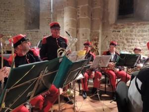 Le Chef fait lever chaque groupe de musiciens; ici Daniel le Sax baryton