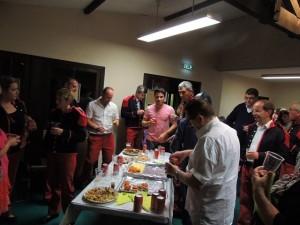 Les musiciens rassemblés autour d'une table bien garnie