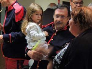 L'ambiance est détendue et familiale même Gérard a ses bras Eva 3 ans, sa petite fille qui regarde sa Mamie