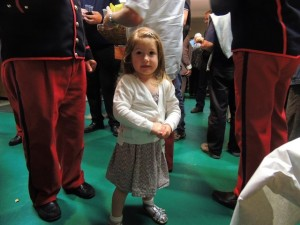 La petite Eva regarde bien l'objectif dans une position bien sage