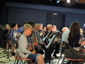 Les musiciens se mettent en place derrière les pupitres montés devant chaque chaise