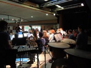 Depuis le fond de la scène nous voyons François Bresson au xylophone et derrière ses timbales Sylvie Musset