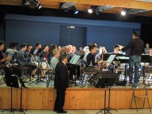 """Le Président de """"La Fleurantine"""" Jacques Magné observe le travail des musiciens sous la direction de leur Chef"""