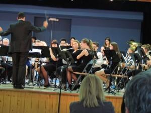 Tous reprennent au final-Elodie, à la flûte, très attentive à la baguette du Chef