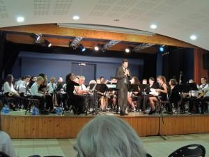 Vincent Blesz annonce la suite du programme en citant les deux Harmonies qui vont jouer ensemble  ensuite