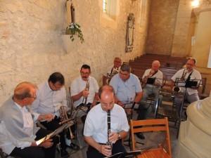 Les musiciens se sont installés côté droit  après avoir déplacé quelques bancs devant l'autel de la vierge Marie