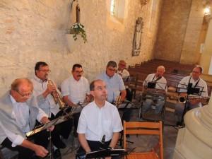 Les musiciens s'organisent et  attendent l'arrivée des mariés