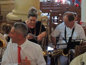 Les musiciens arrivent à se placer Tels Thierry, Aurore et sa petite fille Eva et Pascal