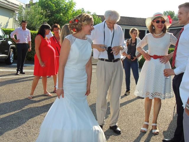 Nadejda, la mariée, est très sollicitée pour être prise en photo