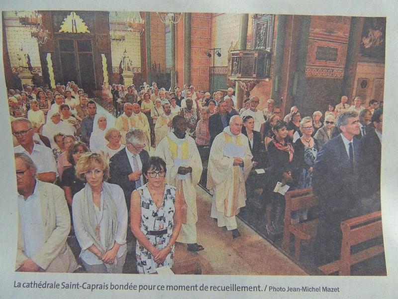 Les fidèles rassemblés dans la cathédrale pour suivre l'Office