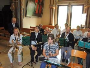 Les musiciens et le Chef  avant d'être en place devant les musiciens