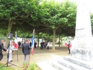 Les gens se rassemblent autour du Monument aux Morts
