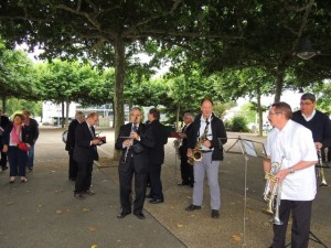 Les musiciens se regroupent également