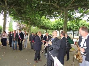 Au second plan ont aperçoit Monsieur le Maire ceint de l'écharpe tricolore et des Conseillers municipaux