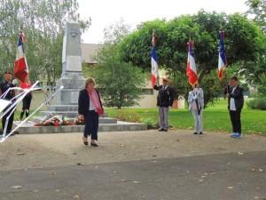 Mme la Conseillère Départemental vient de déposer une gerbe au pied du monument