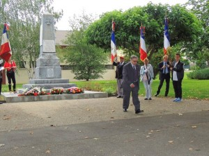 Le Colonel DEBRUN vient de déposer une gerbe devant le monument
