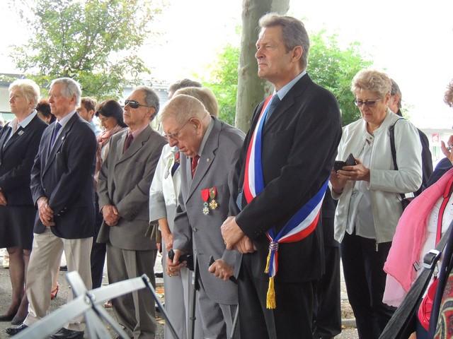 """M. le Maire et les personnalités militaire et civiles durant la cérémonie et la sonnerie """"Aux Morts"""" en particulier"""