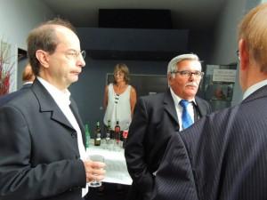 Il est écouté avec intérêt par l'assistance et les musiciens présents: Jean-Luc, Daniel et Jean-Claude, de dos.