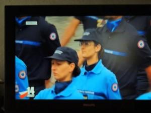 des jeunes femmes défilant parmi c peloton d'élèves de l'Enap