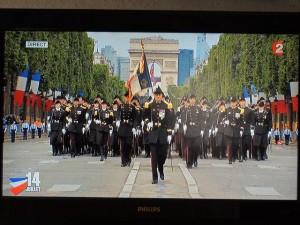 Le porte-drapeau et les élèves  de Polytechnique en ordre serré pour défiler