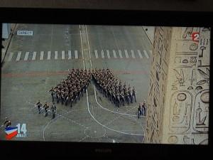 Les élèves arrivent sur la place de la Concorde et se séparent en deux groupes