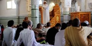 Les fidèles à l'écoute du prêche de l'Imam